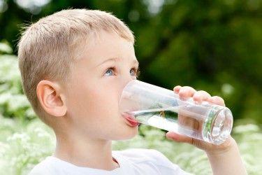 Bebe agua de Star Water, agua de calidad para el consumo humano.